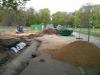 Anfang Mai 2013 - Neben der Straße entsteht eine Versickerungsanlage für die Brückenentwässerung. Keine Ahnung, warum man das Regenwasser nicht einfach in den Weiher fließen lassen kann...