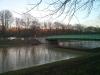 16.12.13 - Der zweite Damm ist schon zur Hälfte abgebaut. Damit gibt es keine Trennung des Weihers mehr.