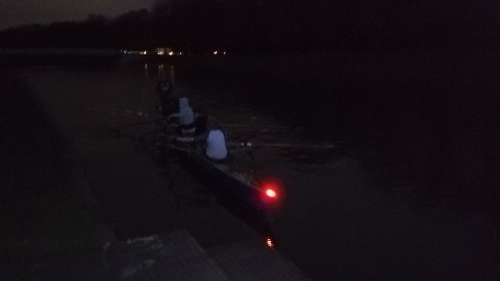 Letztes Anlegemanöver 2017 im Dunkeln mit beleuchtetem Boot