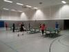Tischtennis spielen.