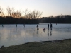 Familien auf dem Eis.