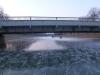 Die Brücke von der Eisfläche aus.