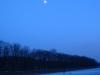 Der Mond steht schon am Himmel.